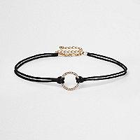 Ras-de-cou avec cordon noir et pendentif circulaire orné de strass