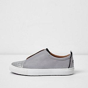 Hellblaue, glitzernde Sneaker