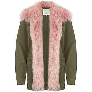 Khakigrüner Mantel mit pinkem Fellbesatz