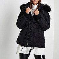 Schwarzer Oversized-Mantel mit Kunstfellbesatz