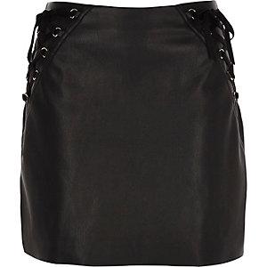 Mini-jupe en cuir synthétique noire à laçages
