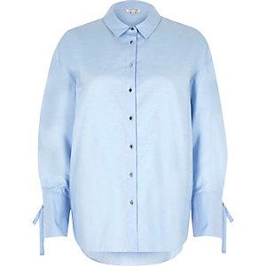 Chemise oversize en chambray bleue avec manches nouées