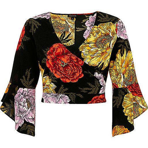 Crop top cache-cœur à fleurs noir avec manches à volant