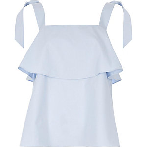 Hellblaues Camisole mit Schulterausschnitten