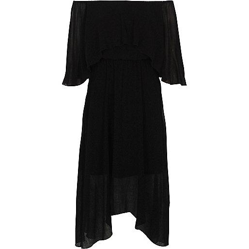 Zwarte midi-jurk in bardotstijl met ruches en asymmetrische zoom