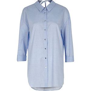 Chemise oversize en chambray bleue nouée dans le dos