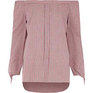 Rood overhemd in bardotstijl met gingham-ruit en strikjes op de mouwen