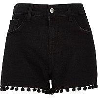 Short en jean noir délavé taille haute à pompons
