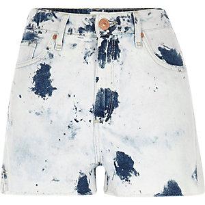 Hellblaue, hochgeschnittene Jeansshorts in Batikoptik