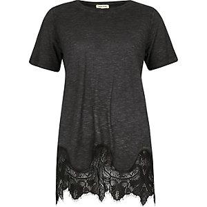 T-shirt noir délavé avec ourlet en dentelle