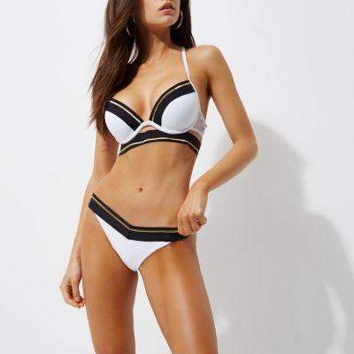 Witte sportieve diep uitgesneden bikinitop met bandjes en gestreepte bies