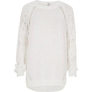 Witte pullover met halen in de mouwen