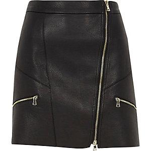 Mini-jupe en cuir synthétique noire zippée sur le devant