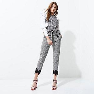 Schwarze, kurze Hose mit Häkelbesatz und Vichy-Muster