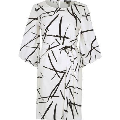 Witte swingjurk met abstracte print en pofmouwen