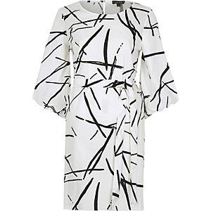 Robe trapèze à imprimé abstrait blanche à manches bouffantes