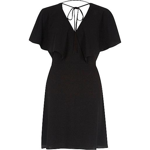 Zwarte mini-jurk met cape-mouwen en strik om de hals