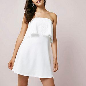 Witte mini-jurk in bandeaustijl met kanten zoom