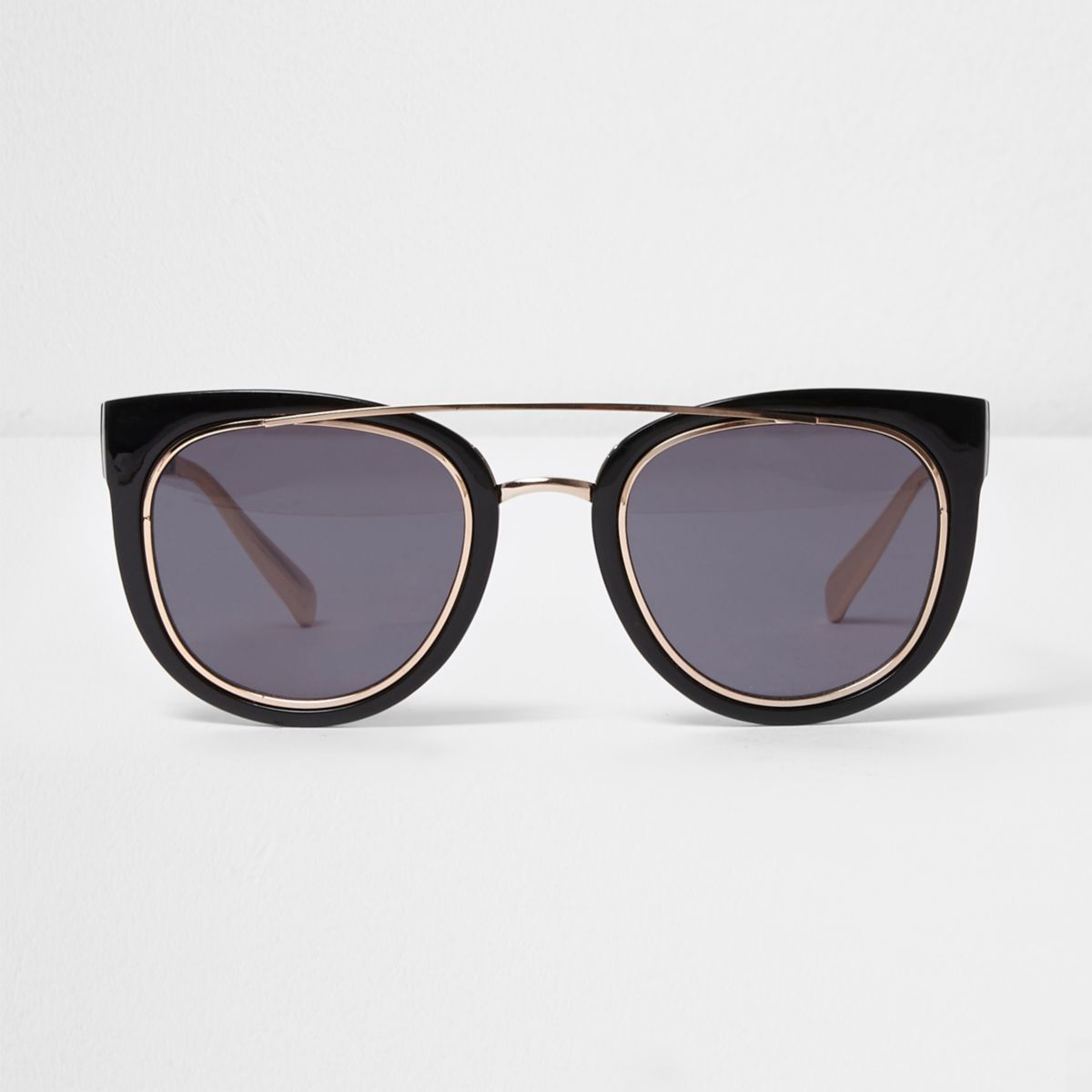 Zwarte zonnebril met neusbrug en getinte glazen