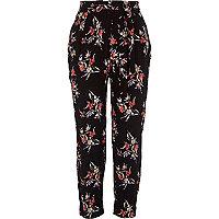 Zwarte smaltoelopende broek met bloemenprint