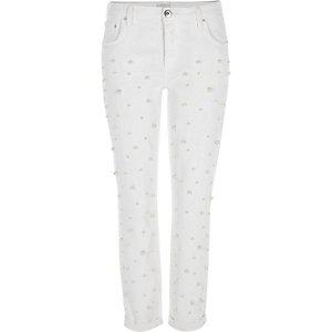 Weiße Boyfriend-Jeans mit Perlenverzierung