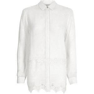 Weißes Hemd mit Spitzeneinsatz
