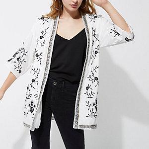 Witte geborduurde kimono