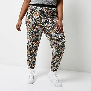 Plus – Pantalon de jogging gris camouflage à fleurs