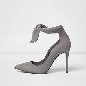 Grey tie up pumps