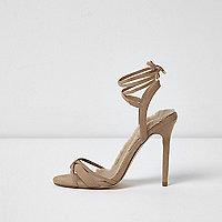 Zandkleurige minimalistische sandalen met strikbandjes