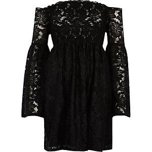 Robe Bardot froncée en dentelle noire à manches évasées