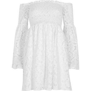 Robe Bardot froncée en dentelle blanche à manches évasées