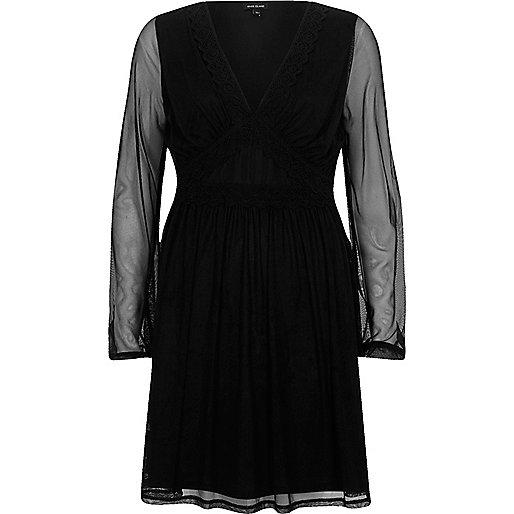 Zwarte jurk met mesh mouwen en V-hals
