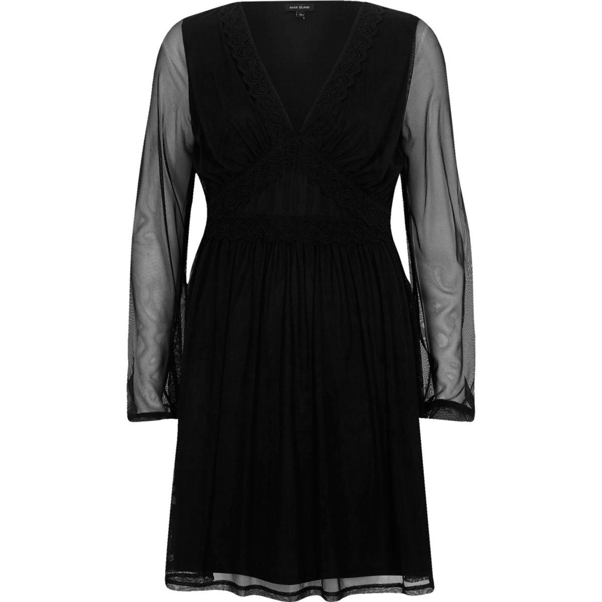 Robe noire col V avec manches en tulle