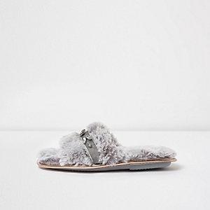 Chaussons gris duveteux à strass