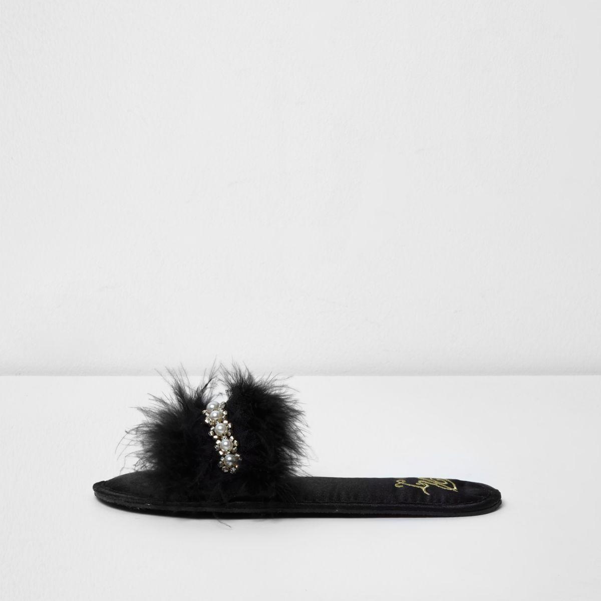 Zwarte versierde muilsloffen met veren