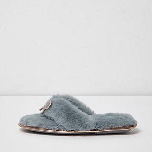 Chaussons bleu clair duveteux à nœud style nu-pieds
