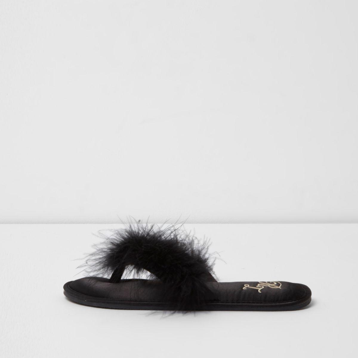 Chaussons noirs ornés de plumes style nu-pieds