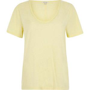 T-shirt jaune à encolure dégagée