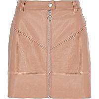 Mini-jupe en cuir synthétique beige zippée sur le devant