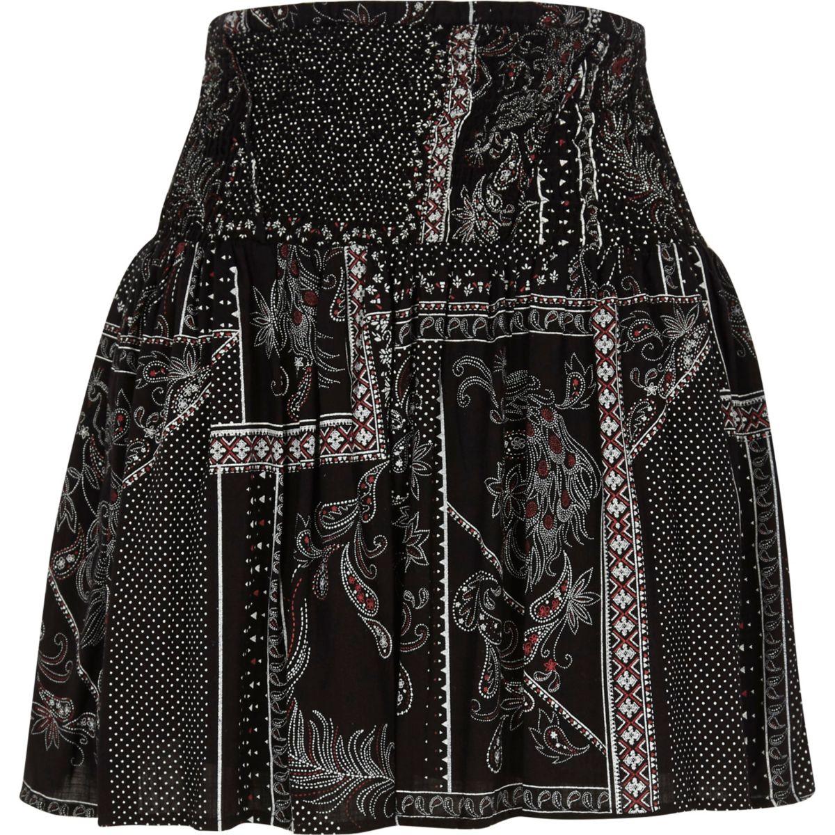 Zwart minirok met gesmokte taille en sjaalprint