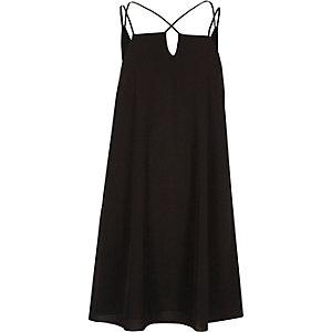 Schwarzes Kleid mit gekreuzten Trägern