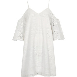 Weißes, schulterfreies Swing-Kleid mit Stickerei