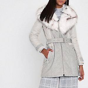 Grauer, wattierte Mantel mit Kunstfellkragen und Gürtel