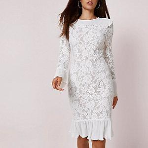 Robe mi-longue moulante en dentelle blanche avec ourlet plissé