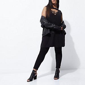 Schwarzes Oversized-Kleid mit Choker mit Schlitz