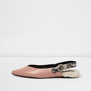 Chaussures rose clair pointues à bride arrière et fourrure sur le talon