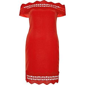 Robe Bardot ajustée rouge avec dentelle à motif géométrique