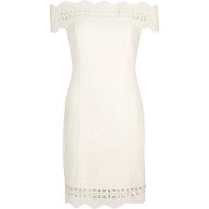 Robe Bardot moulante crème bordée de dentelle géométrique