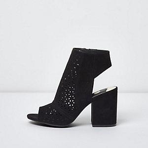 Schwarze Stiefel mit Laserschnittmuster